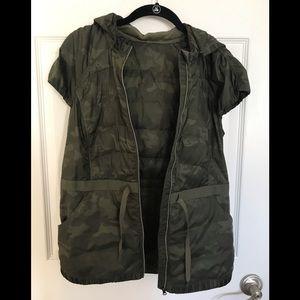EUC lululemon camo down vest - size 8